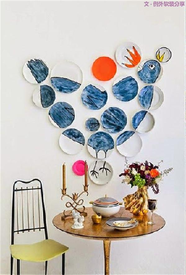 用陶瓷小摆件装饰房屋,轻盈又富有禅意日式和陶瓷的独特的质感。瓷盘挂在墙上,填充了家里一面大白墙,同时它也是一场艺术品的展览。
