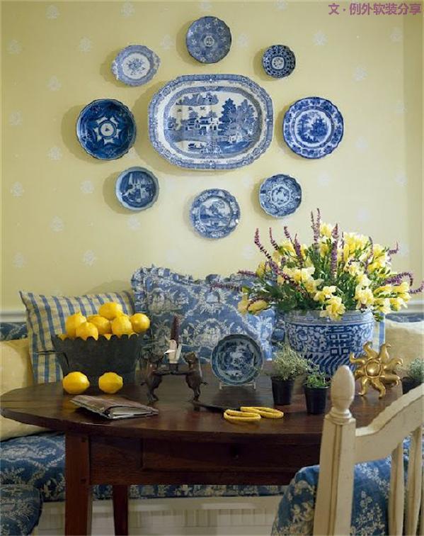 青花瓷元素的瓷盘,装饰于客厅、玄关的墙壁之上,带有浓烈的东方情节,营造出令人迷醉的古典韵味。