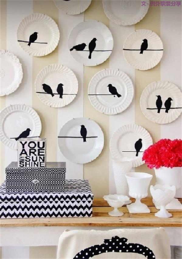 虽说陶瓷盘摇身一变成为家居装饰的新宠,但回归其本质,用作餐饮食具,更为人们所利用。而摆放艺术,则成为又一道亮丽的风景。