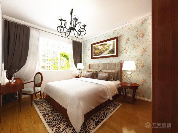 后是主卧,床头背景墙是素色花纹壁纸,给人一种简约田园感,深木色的床与衣柜搭上深木色的梳妆台,整体协调统一。地面通铺木地板,脚感好又实用。