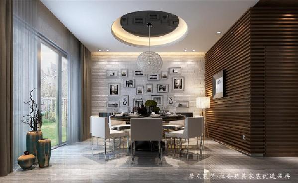照片墙的应用在家居装饰中很常见,但搭配时需注意整体和谐。咖啡色饰面墙触感温厚、浅灰地砖与黑白照片墙的搭配,质感非凡,使这个餐厅趋于完美。