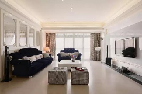 客厅的顶面以白色乳胶漆刷至而成,顶面加上灯带的设计,中间加上一些小型筒灯,整个简约而实用。在落地飘窗的下,整个空间通透而敞亮。