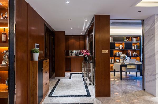 门厅部分的地板拼花非常用心,换鞋柜与玄关柜和谐统一。
