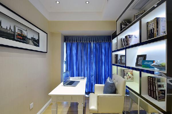书房墙面采用通顶书柜设计,布光是一个亮点。