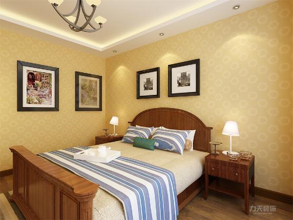 主卧室同样采用回字形吊顶,地面铺满深褐色实木复合地板,床对面安装一套矮吊柜,更加实用;