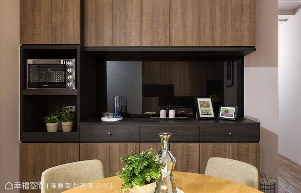 使用不同色调木皮,创造出深浅对比的设计;柜体底部透过黑镜的反射,增加空间的放大延伸感。