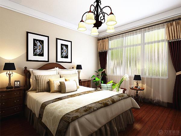 主卧的设计采用了美式的宽松的大床,看上去柔软舒适的样子,一盏美式的青铜质感的吊灯作为主光源的照射。