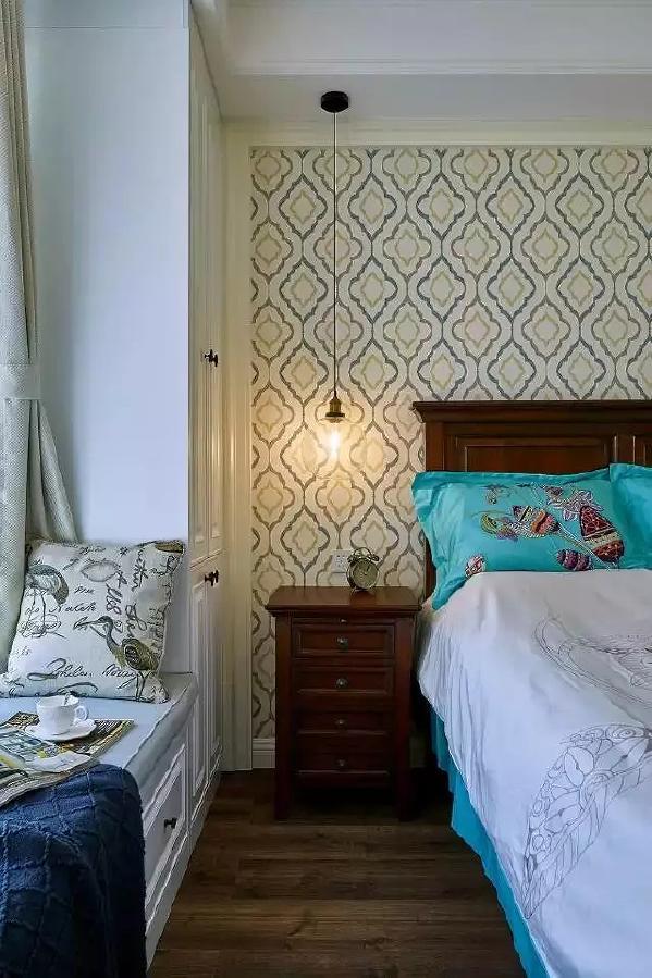 美式的床头柜,收纳能力也是很不错的。长长的玻璃吊灯,给卧室增加了一些复古的气息。