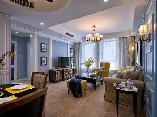 客厅整个地面铺设的都是仿古砖,墙面的颜色是浅蓝色,辅以白色的线条,再搭配上复古的家具,韵味十足。