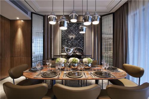 餐桌设置满足一大家子人的用餐需求。装饰性的吊灯与墙面造型都非常有现代气息。