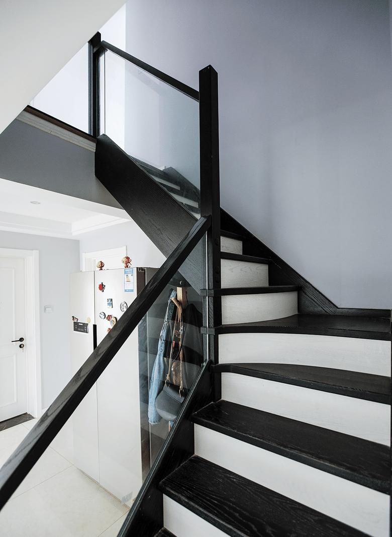 楼梯图片来自家装大管家在洗尽铅华 106平现代简约复式居的分享