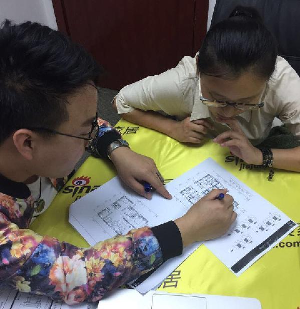 设计师与第二个业主进行户型改造及设计的沟通。