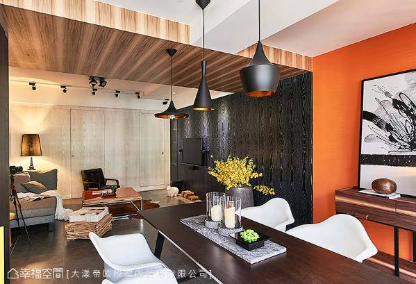 转入客厅,成功建构空间的品味质感,并透过木质元素的线面铺陈,呈现居家空间的温润美好。