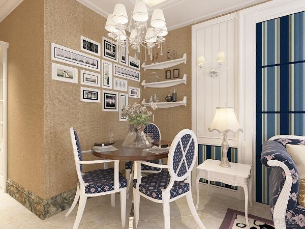 餐厅区面积小摆放一张小圆桌,三把椅子适合一家三口使用,墙面做成照片墙时光回溯,业主可以回味往日时光。