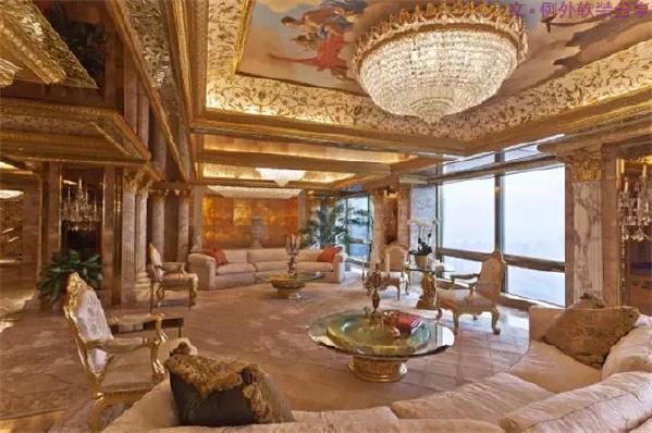 """特朗普大厦建于1983年,由美国建筑师Der Scutt操刀设计。室内设计,是传奇设计师Angelo Donghia在上世纪80年代初设计的,房间里无处不燃烧着特朗普家族牛气冲天的""""霸壕""""气焰。"""