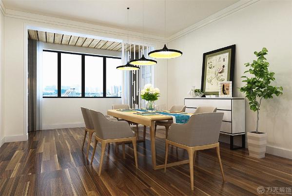 地面整体通铺实木复合地板。餐厅和客厅是一体的所以顶面都是采用顶角线进行装饰顶面大面积原顶白色乳胶漆。