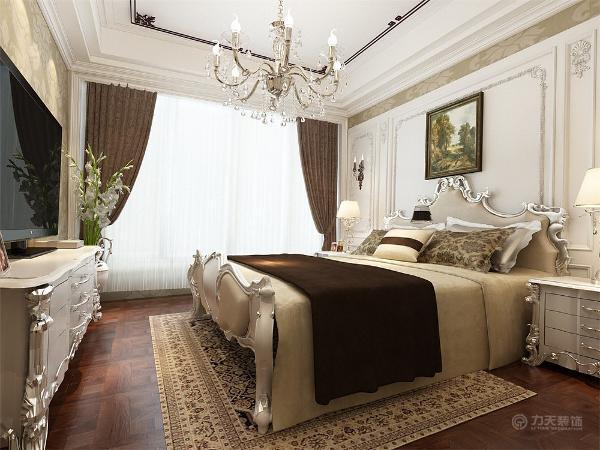 主卧的设计为了统一整体的设计主次卧都采用了拼花木地板,用浅色的碎花墙纸铺贴,再加以富有蓝白元素的床、白色的柜子纱帘,使风格显得更加温馨、清新。