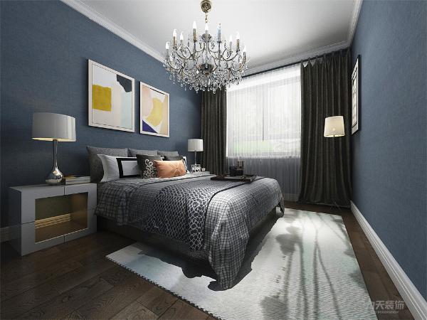 主卧墙面采用藏青色调壁纸,使整个空间显得更加的静谧,沉稳;实木的地板更好的增加了居住这的舒适程度。浅色的地毯搭配明亮的挂画,使空间即使沉稳但不沉闷。