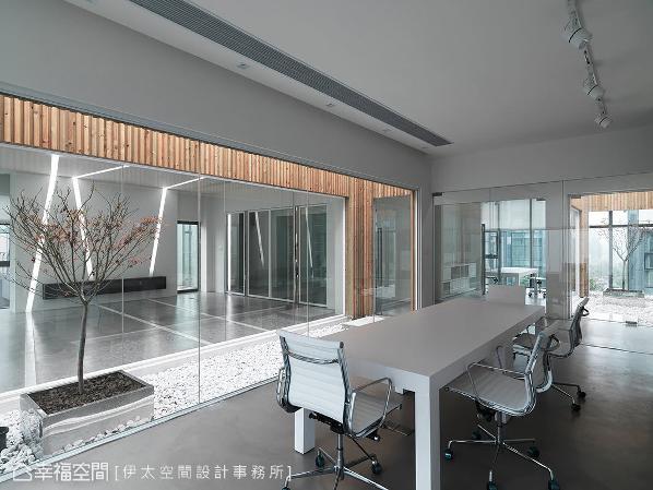 在空间中运用天井设计,形塑建筑内外的一线天,并以玻璃环绕其四周界定独立区块。
