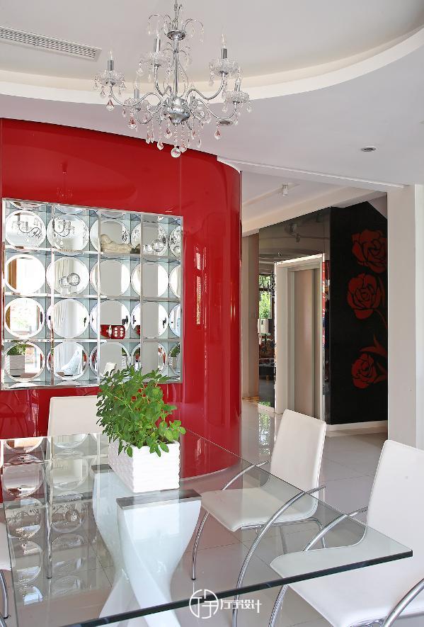 用餐区:透明的桌子,洁白的椅子,干干净净才是王道。