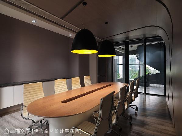 二楼的主管会议室,同样以冷调的粗胚混泥土强调一贯的设计主题,并以弧形的墙面柔化刚硬的线条。