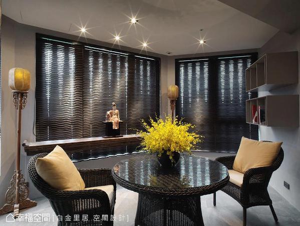 以条案搭配雕花落地宫灯,围塑出静谧的东方风格;搭配现代风格桌椅,创造出对比的视觉层次。