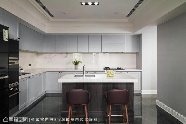 感受屋主过往的生活习惯,家中总是维持得整洁干净,因此厨房容易沾染油垢的中段区域,使用仿石材纹理的大面磁砖,让开放空间看来十分精致,又兼顾好整理的生活实用性。