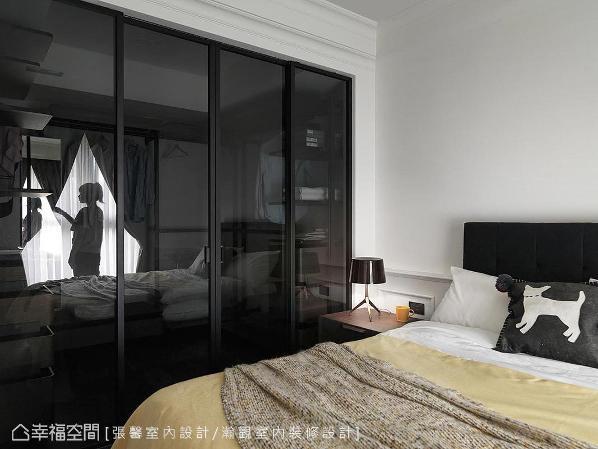 使用古典线板为基底,搭配一些深色布置及透明隔间的更衣室,柔和中表现出个性品味。