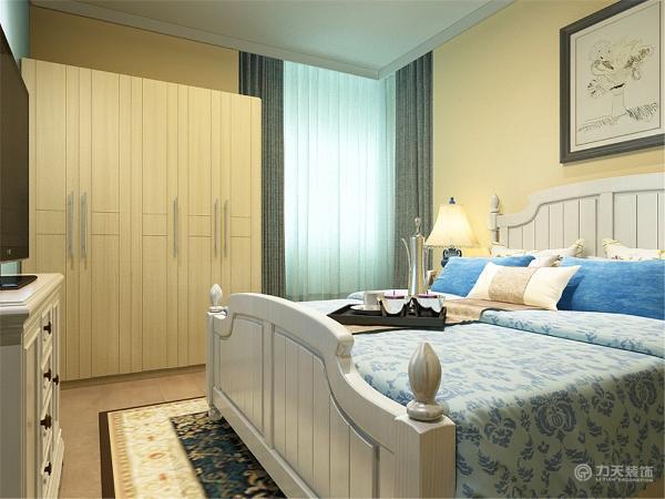 卧室用的是米黄色的墙再放上了蓝白色的床。边上还放了储物用的衣柜。