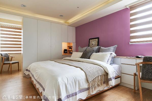 卓林室内设计在主卧房的设计上,藉由衣柜的设置,于后方规划出一间半开放的更衣室。