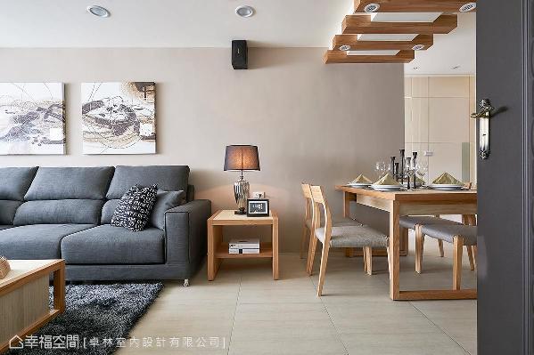 经由规划与重整,让客、餐厅动线与关系更加完整,设计师林绎宽并于天花梁柱以木质格栅来化解压迫感,也增添休闲舒适的意象。