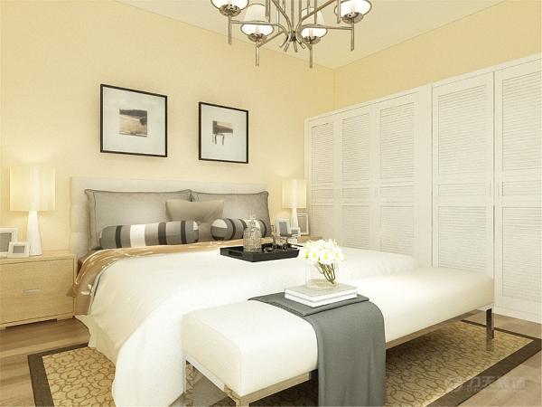主卧室墙面也是浅米黄色的乳胶漆,地面是浅色的木地板,边上是定制的衣柜。