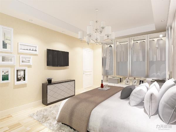 主卧采用强化复合地板,设有玻璃背景墙,壁纸采用浅黄色壁纸,使整体休息环境更为舒适;次卧采光充足,视野开阔,采用强化复合地板,顶面为石膏线绕房间一圈;
