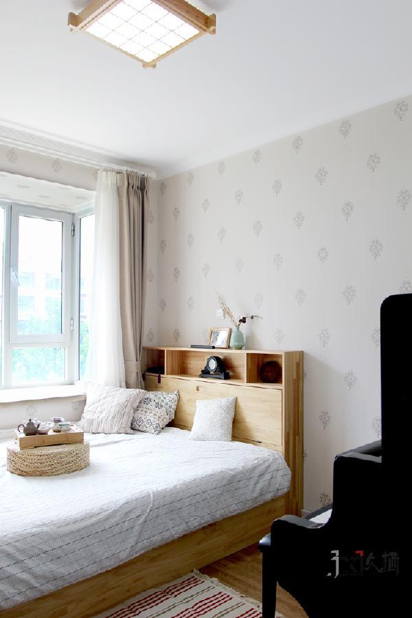 木色榻榻米,实用又节省空间。客房的精致也为整个空间的居住提供了方便。节假日或者友人聚会的日子里,大家品茶畅聊,主人献上自己弹奏的钢琴曲,生活美好多彩。