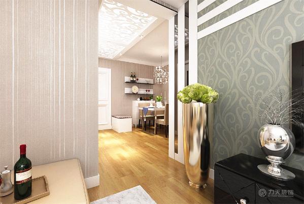 出去客厅必要放置的家具,业主选择将冰箱放置在电视墙右侧,客餐厅墙面都是贴竖条纹素色壁纸,地面都是强化复合地板,
