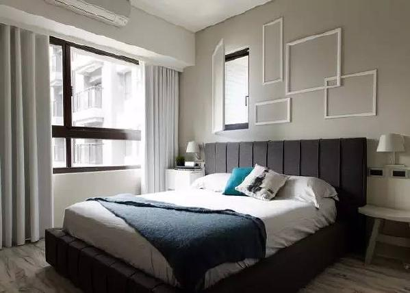 主卧室床头墙面等不规格画框设计,其中一个画框正好巧妙地作为一扇推拉窗的遮蔽。
