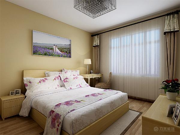 在主卧的设计上采用了淡黄色的乳胶漆进行粉刷,地面采用浅色的地板进行铺装,沙发的背景墙则采用男女主人的婚纱照作为装饰画