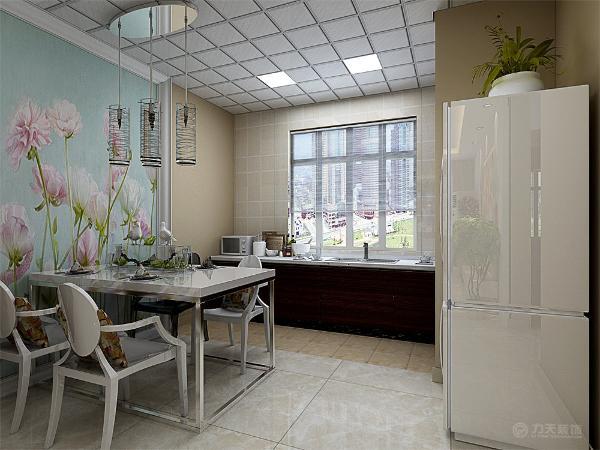 里面贴的是现代的壁纸,红花的壁纸衬托出颜色的丰富,内藏灯带照亮整个背景墙里的壁纸。窗帘的选择上选择了与墙体相近的颜色。在客餐厅部分,