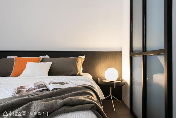 延续极简的调性,主卧规划简约不繁复的床头与家饰摆件,烘托出宁静而平和的空间氛围