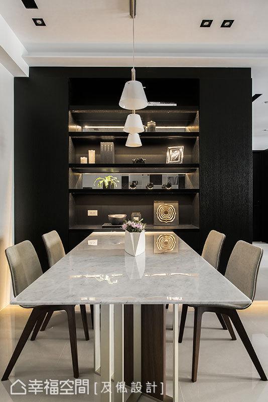 内凹餐厅主墙并设置层板,再以间接灯光打亮烘托摆饰品,让墙面成为独一无二的美丽端景。