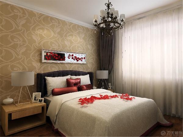 卧室铺强化复合地板,主卧室床头贴壁纸。