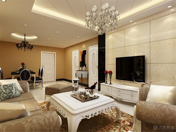 沙发背景墙墙面采用欧式花纹壁纸,电视背景墙使用大理石装饰,加之茶镜的设计,更是拉伸了空间感,