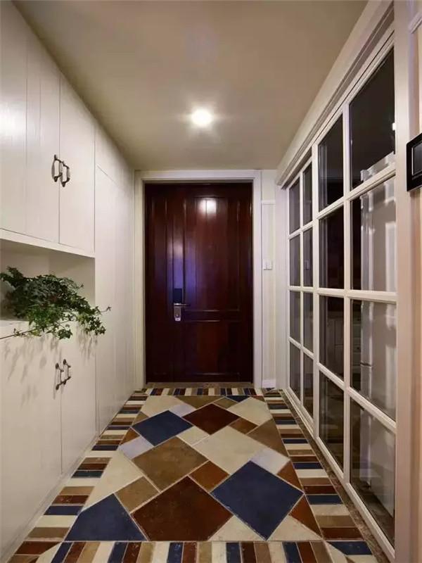 打开门,俏皮的五色瓷砖拼贴成不规则的几何图案,成为玄关一道靓丽的风景。