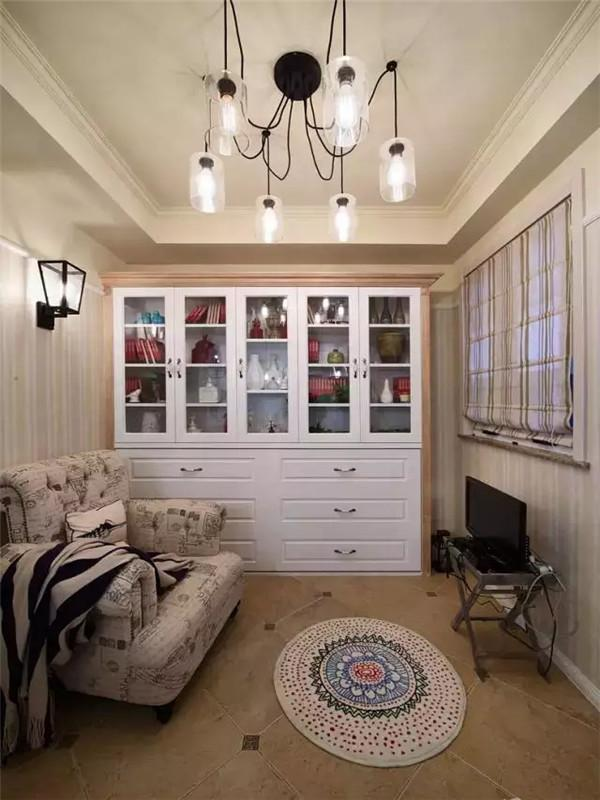 小书房里只放了一张单人沙发,留出更多的活动空间,以免让人产生压抑感,看书、休息也更惬意。