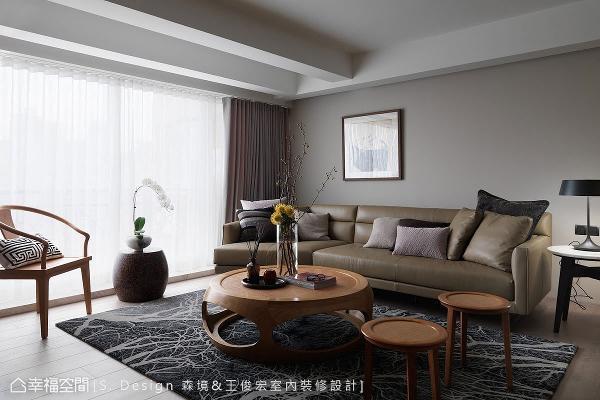 线条简练的西式家具,搭配春在的中式桌椅,在繁枝蔓生图样的块毯融合下,成就东西语汇的完美搭配。