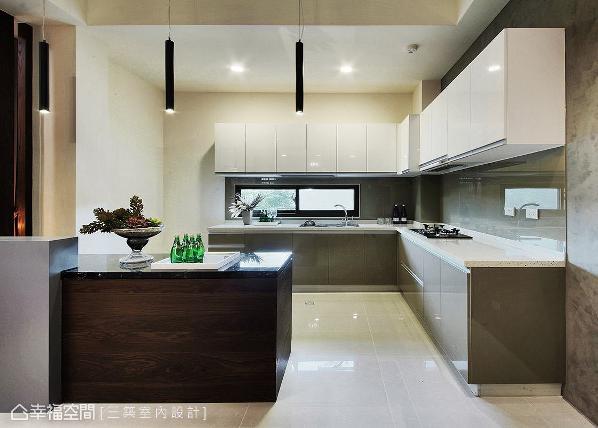 同样以开放式设计界定厨房区,L型厨具搭配中岛台面,打造宽阔舒适的烹饪环境。