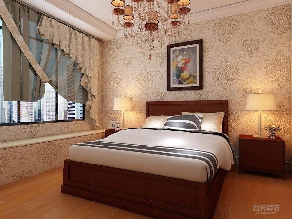 主卧采用强化复合地板,设有飘窗,壁纸采用浅绿色欧式壁纸,使整体休息环境更为舒适;次卧采光充足,视野开阔,采用强化复合地板,顶面为石膏线绕房间一圈;