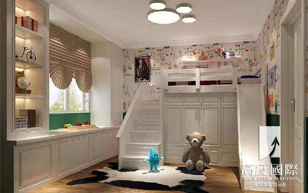 儿童床设计成步入式衣帽间,卡通印花墙纸凸显出小孩阳光活泼一面