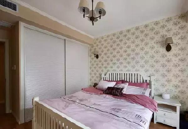 衣柜是嵌入式,容量超大,百叶窗的柜门也显得很时尚。