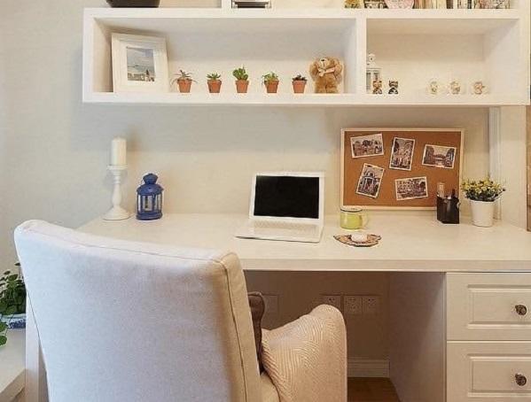 书房白色书架、书桌在柔和的灯光下质感温柔如玉,在这样的书房中一边品一杯香茗一边阅读或工作,舒心惬意无比。